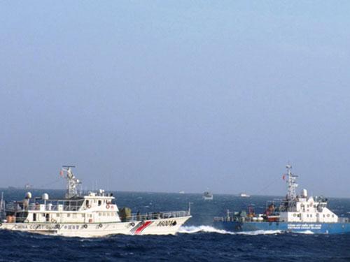 Tàu hải cảnh của Trung Quốc bám sát, hú còi và lao thẳng vào tàu 4032 (bên phải) của Cảnh sát biển Việt Nam. (Ảnh do lực lượng Cảnh sát biển Việt Nam chụp ngày 9-6)