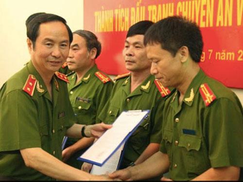Thứ trưởng Bộ Công an Phạm Quý Ngọ trao thư khen cho các đơn vị có thành tích phá đường dây ma túy từ Lào sang Việt Nam ngày 5-7-2012   Ảnh: Tư Liệu