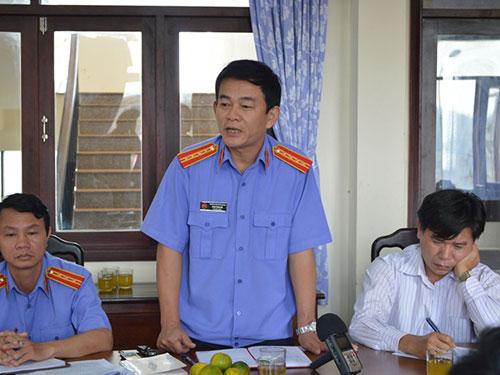 Ông Phan Thanh Hải, Phó Viện trưởng VKSND tỉnh Đắk Nông (đứng), thông tin về vụ án tại buổi họp báo