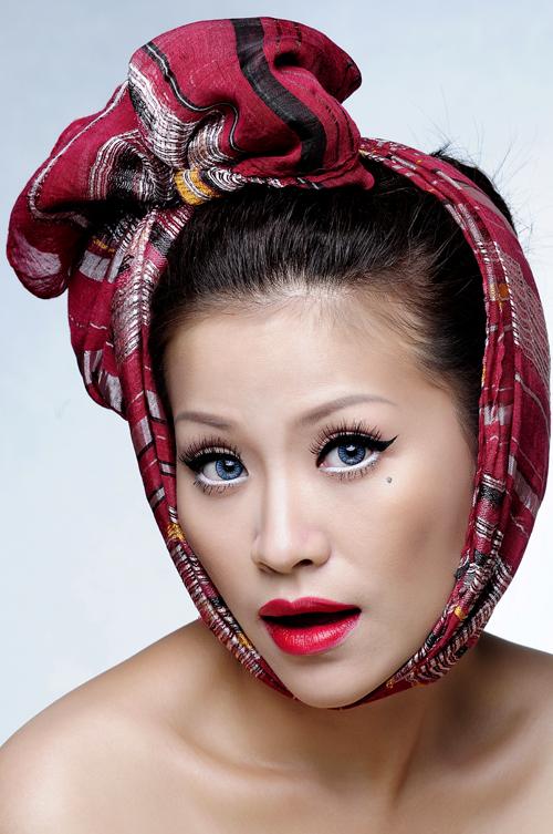 Kiều Linh cho biết mình sở hữu gương mặt chẳng nét nào hài cả nên phải cố gắng hóa trang cho hài hước một chút