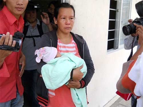 Bà Nguyễn Thị Minh Tâm nhận lại  con mình (ảnh lớn) và thủ phạm  Lê Thị Bích Trâm