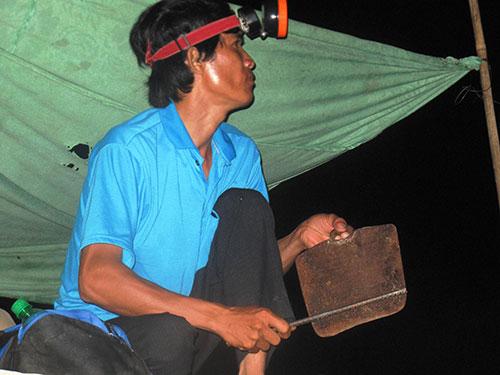 Người dân huyện Đồng Xuân thức canh bò tót (ảnh lớn) và hình ảnh bò tót ghi lại được vào rạng sáng 4-7