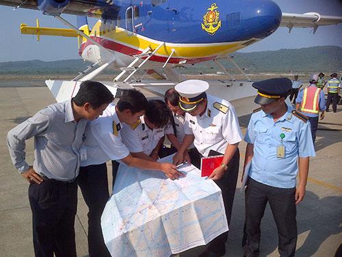 Bàn bạc phương án tìm kiếm trước khi thủy phi cơ xuất phát Ảnh: QUÝ LÂM