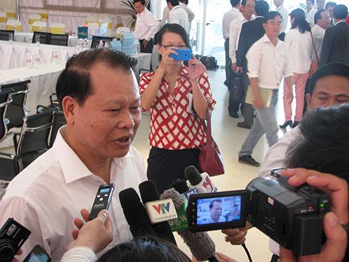 Phó Thủ tướng Vũ Văn Ninh trả lời báo chí sau buổi làm việc ở tỉnh Bình Dương ngày 21-5