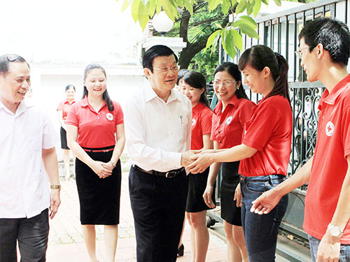 Chủ tịch nước Trương Tấn Sang gặp gỡ cán bộ, nhân viên Hội Chữ thập đỏ Việt Nam Ảnh: TTXVN