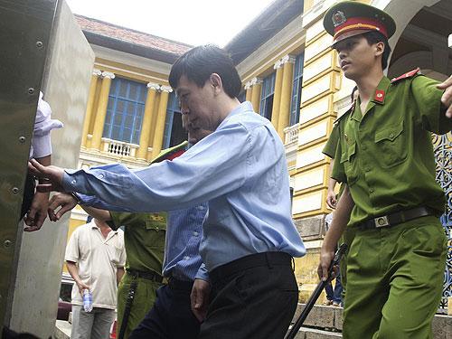 Ông chủ động mát-xa kích dục Tân Hoàng Phát trở về trại giam