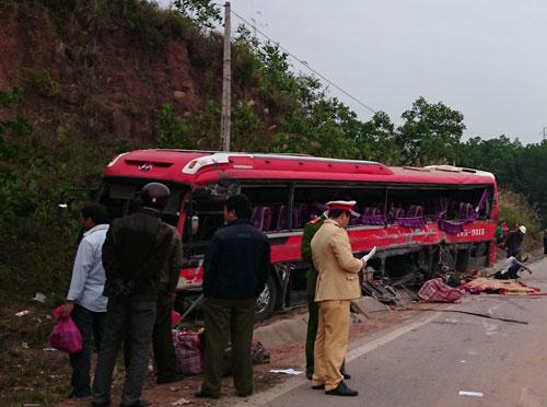 Hông chiếc xe khách gặp nạn ở Quảng Ninh rách nát Ảnh: TRỌNG ĐỨC