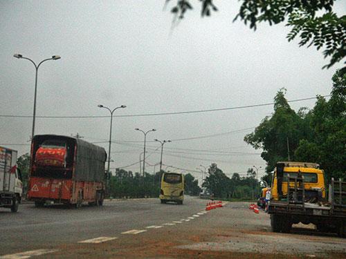 Gần hết buổi sáng 11-9, các xe vô tư đi qua trạm cân ở tỉnh Quảng Nam trong khi lực lượng chức năng thì chẳng thấy đâu! Ảnh: QUANG VINH