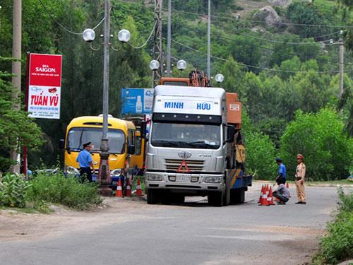 Một xe cồng kềnh vượt trạm chốt chặn của CSGT và TTGT tỉnh Quảng Ngãi, không phải dừng để cân kiểm tra tải trọng Ảnh: An Điềm