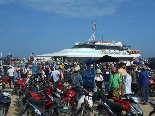 Du khách chen nhau mua vé ra đảo Lý Sơn tại cảng Sa Kỳ  Ảnh: Văn Mịnh