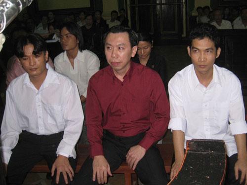 Phan Cao Trí (áo đỏ) và thuộc cấp tại phiên sơ thẩm