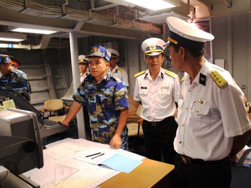 Chỉ huy và các trưởng ngành trên Tàu Đinh Tiên Hoàng nhận định tình hình, xác định các mục tiêu trên biển mà hệ thống ra-đa trên tàu phát hiện được.