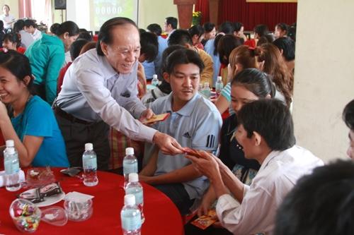 Ông Trần Minh Vũ, Chủ tịch LĐLĐ quận Tân Phú, lì xì cho công nhân xa quê