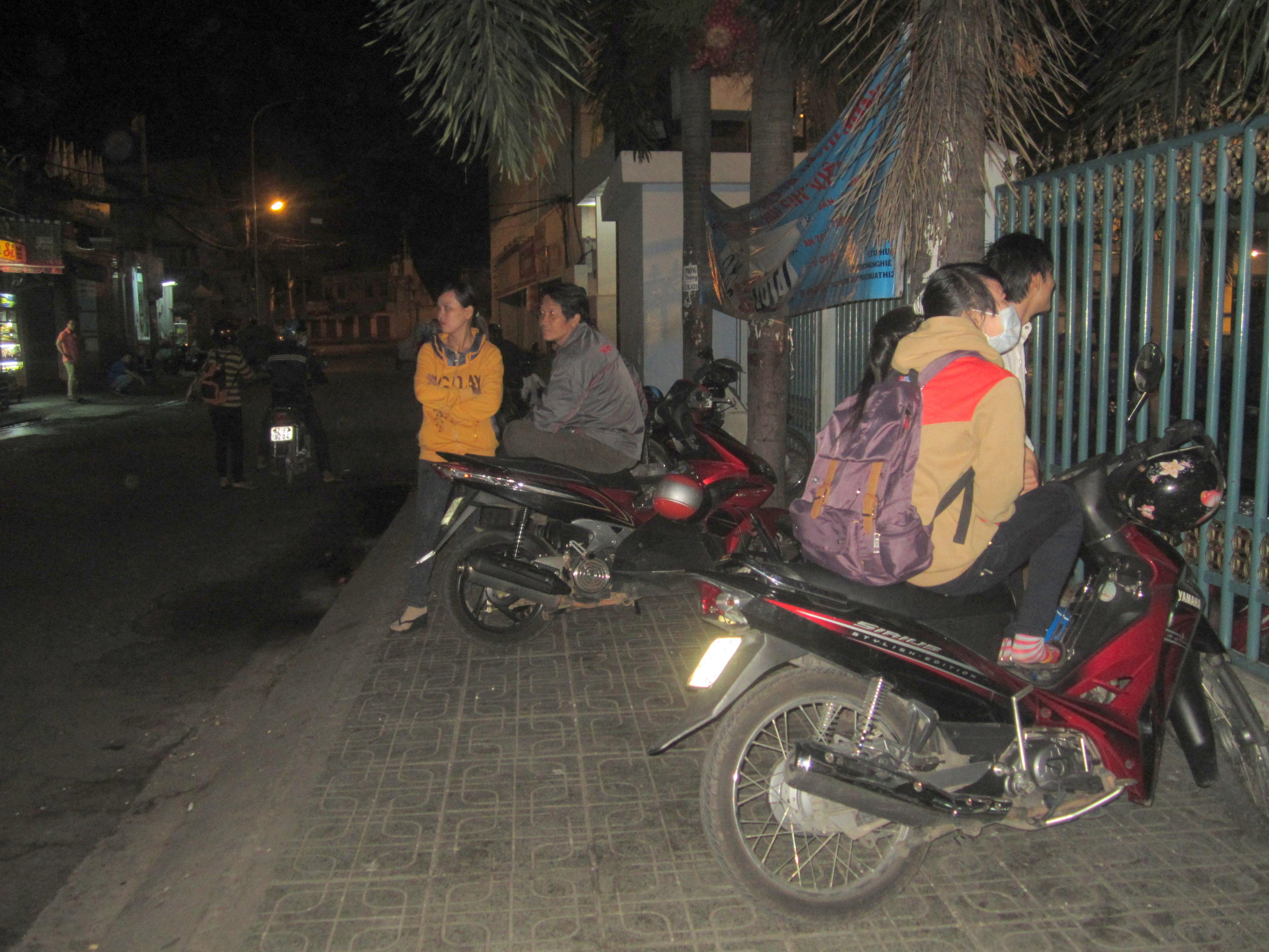 Nhiều thí sinh và phụ huynh lo kẹt xe nên đến trường thi từ 4 giờ sáng