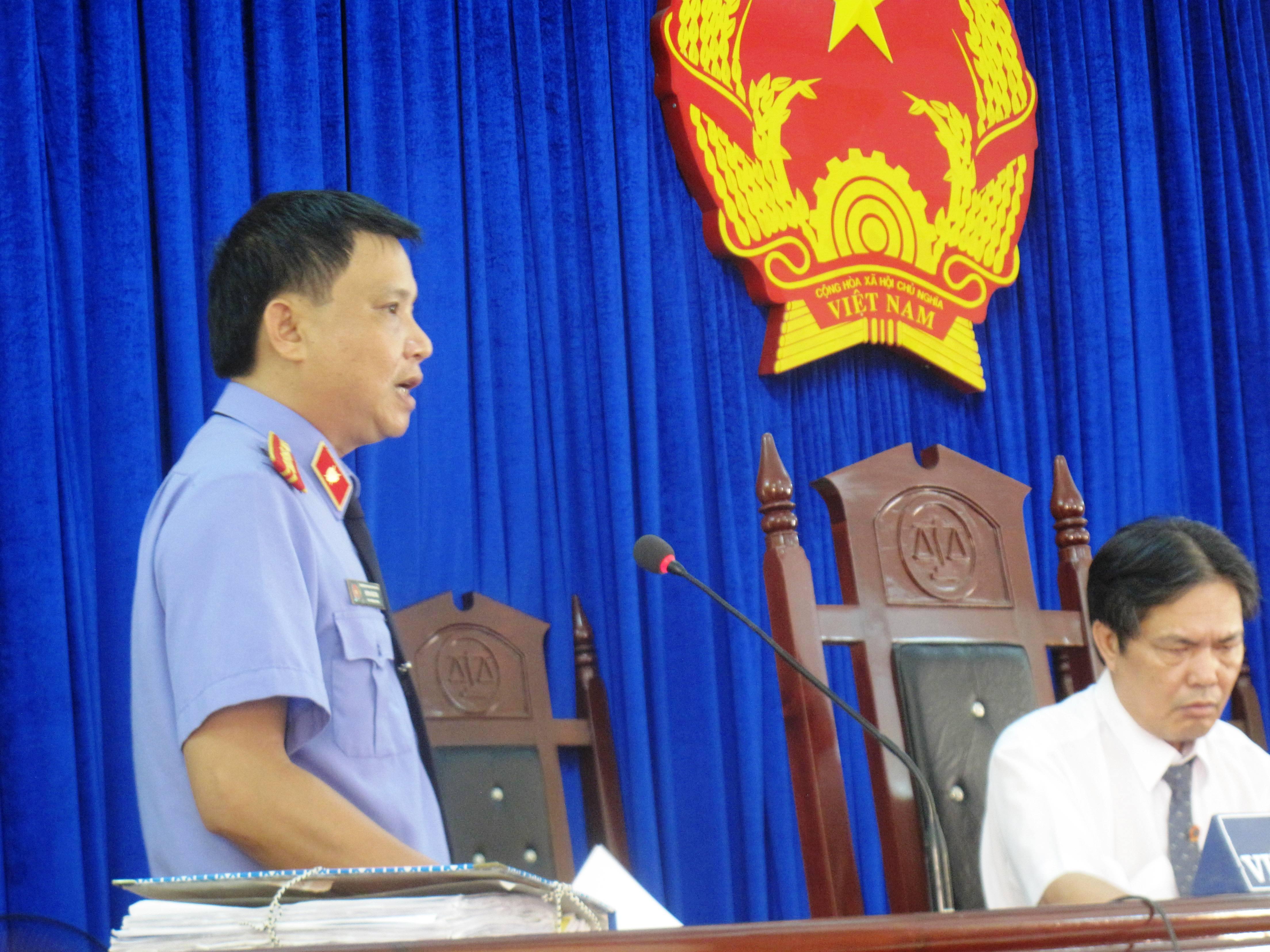 """Kiểm sát viên Huỳnh Văn Tám cho rằng không đủ chứng cứ buộc tội giết người"""" và bắt giữ người trái pháp luật"""" đối với ông Lê Đức Hoàn cũng như không có chứng cứ khởi tố ông Lê Minh Chánh"""