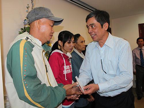 Ông Nguyễn Văn Khải, Phó Chủ tịch Thường trực LĐLĐ TP HCM, trao quà cho công nhân vượt khó Ảnh: Thanh Nga
