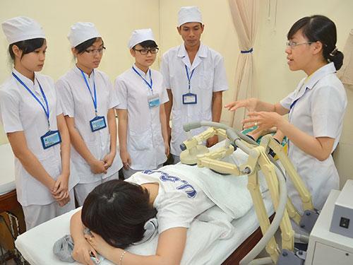 Sinh viên Trường ĐH Y Dược TP HCM trong giờ thực hành Ảnh: TẤN THẠNH