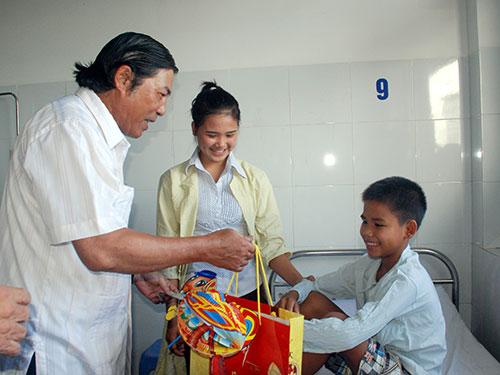 Ông Nguyễn Bá Thanh thăm và tặng quà cho bệnh nhi ở Đà Nẵng trong dịp Tết Trung thu Ảnh: NGUYỄN THÀNH