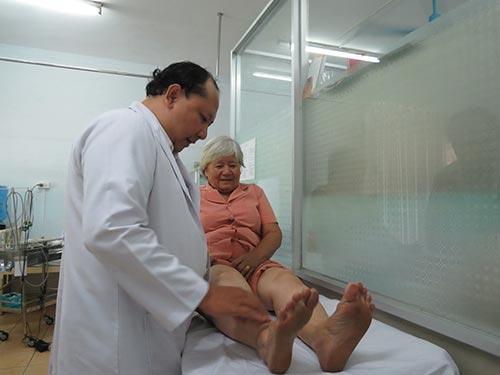 Kiểm tra khớp gối cho một cụ bà tại Bệnh viện Chỉnh hình và Phục hồi chức năng TP HCM