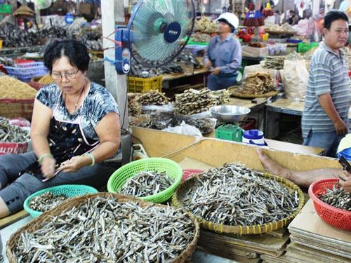 Để tránh tình trạng cá khô bị hỏng, các tiểu thương đã phân loại, bỏ phần đầu để tăng chất lượng sản phẩm.