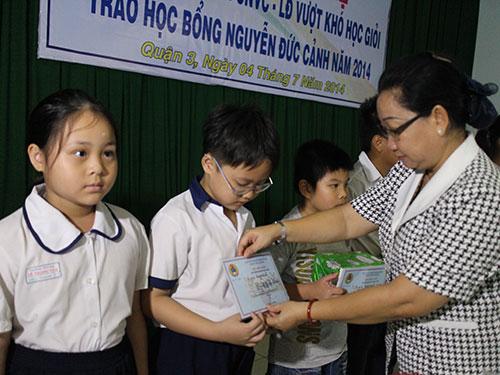 Bà Nguyễn Thị Thu Thảo, Phó Ban Nữ công LĐLĐ TP, trao học bổng cho con CNVC-LĐ vược khó
