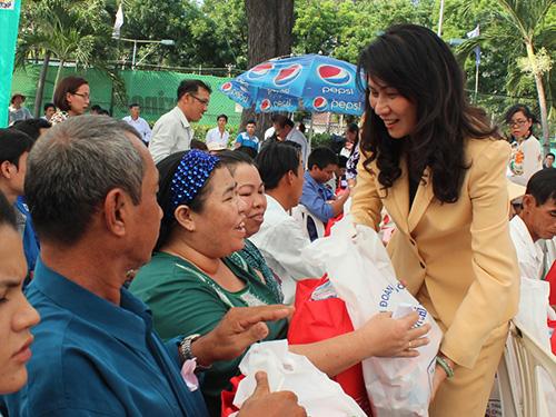 Bà Nguyễn Thị Thu, Chủ tịch LĐLĐ TP, trao quà cho công nhân là người dân tộc thiểu số Ảnh: THANH NGA