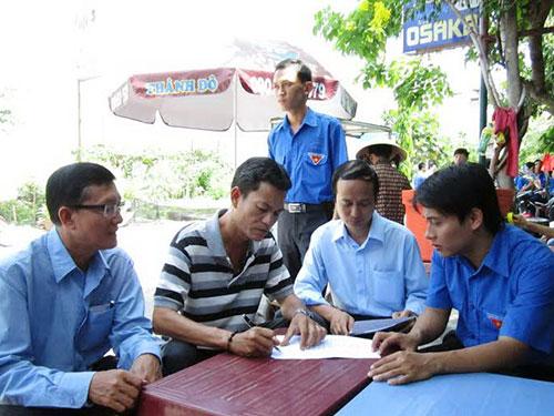 Cán bộ Tổng Công ty Cấp nước Sài Gòn hướng dẫn thủ tục đăng ký định mức nước cho công nhân ở trọ