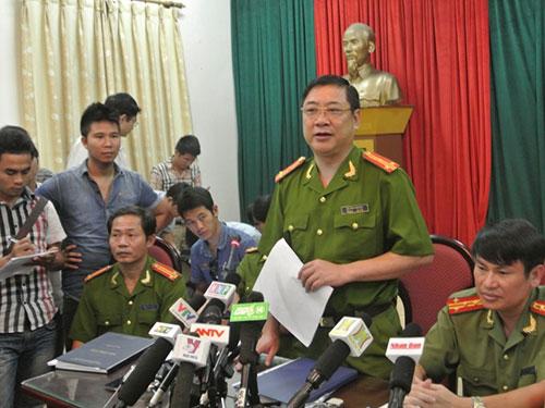 Thượng tá Võ Hồng Phương, Phó trưởng Phòng PC45 - Công an TP Hà Nội, trả lời báo chí về việc tìm thấy xác nạn nhân Lê Thị Thanh Huyền Ảnh: THẾ KHA
