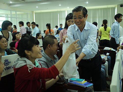 Ông Hứa Ngọc Thuận, Phó Chủ tịch UBND TP HCM, tặng quà cho công nhân