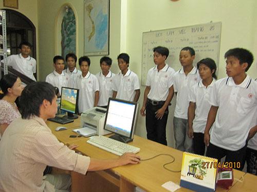 Lao động nghèo ở Quảng Ngãi do Công ty CP Thương mại Châu Hưng tuyển chọn trước lúc sang Malaysia làm việc