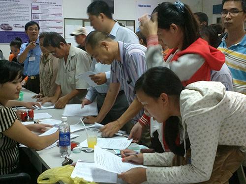 Người lao động làm thủ tục hưởng bảo hiểm thất nghiệp tại Trung tâm Giới thiệu Việc làm TP HCM
