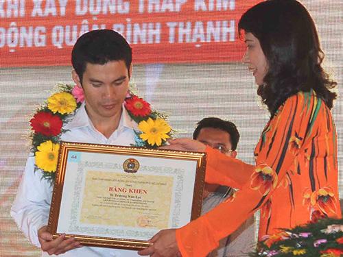 Bà Nguyễn Thị Thu, Chủ tịch LĐLĐ TP HCM, trao bằng khen cho anh Trương Văn Lợi, Công ty TNHH  Sóng Âm Thanh