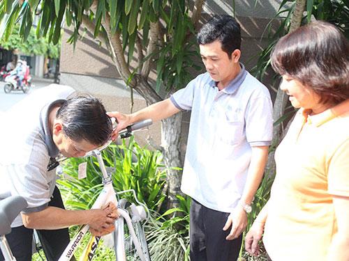Chị Hồ Thị Thôn Sương, Chủ tịch Công đoàn Công ty TNHH Thời trang và Xe đạp Martin 107, thăm hỏi đoàn viên