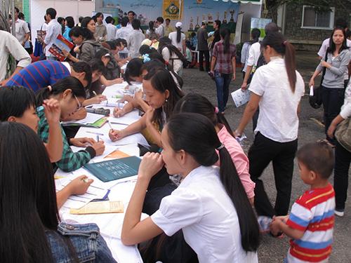 Sinh viên tham gia Ngày hội Việc làm do Trường ĐH Nông Lâm TP HCM tổ chức năm 2013