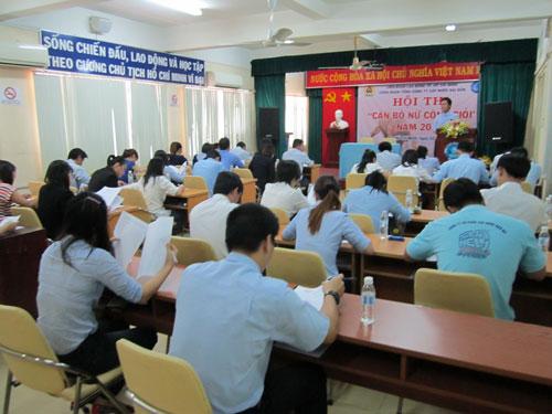 Thí sinh làm bài thi trắc nghiệm tại hội thi do Công đoàn SAWACO tổ chức Ảnh: AN KHÁNH