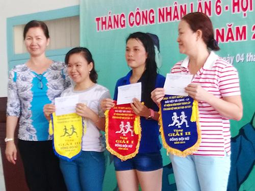 Bà Nguyễn Thị Ánh Thu - Chủ tịch LĐLĐ huyện Củ Chi, TP HCM -  chúc mừng các công nhân đoạt giải môn chạy việt dã
