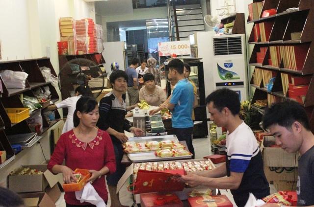 Bên trong một tiệm bánh trung thu truyền thống, các nhân viên làm việc không ngưng nghỉ
