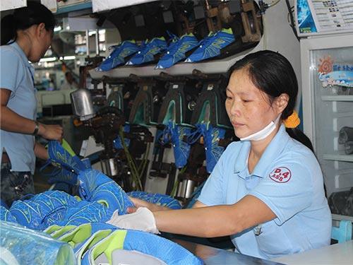 Dù bị bệnh tật hành hạ nhưng chị Nguyễn Thị Chi vẫn gắng làm việc