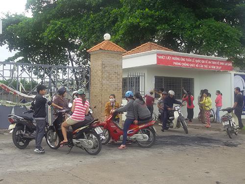 Công nhân Công ty TNHH LongHuei Việt Nam quay về tìm hiểu tình hìnhẢnh: NHƯ PHÚ
