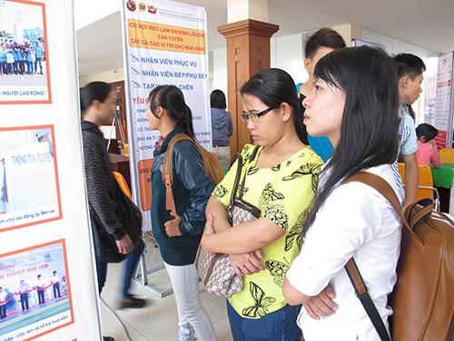Lao động trẻ tìm việc tại Sàn Giao dịch việc làm Thanh Niên ở TP HCM