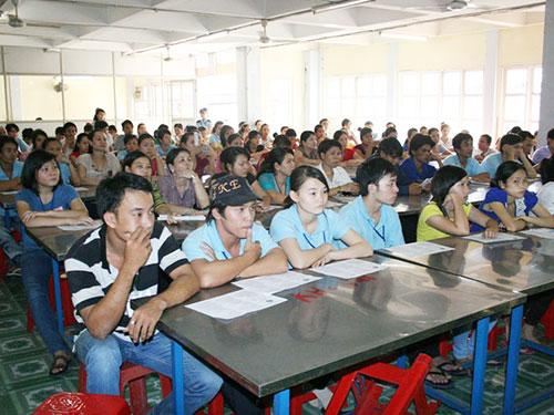 Công nhân Công ty Shing Việt trong một buổi tư vấn pháp luật lao động Ảnh: KHÁNH AN