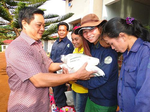 Ông Nguyễn Văn Minh, Phó Chủ tịch CĐ Cao su Việt Nam, trao quà cho công nhân