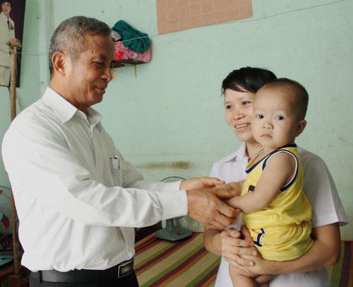 Chủ tịch Tổng LĐLĐ Việt Nam Đặng Ngọc Tùng thăm hỏi công nhân khó khăn Ảnh: THANH NGA
