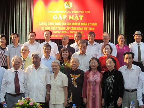 Đoàn Chủ tịch Tổng LĐLĐ Việt Nam chụp ảnh lưu niệm với cán bộ CĐ hưu trí
