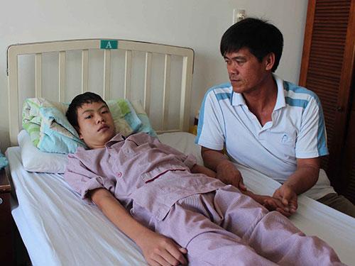 Anh Phạm Văn Sinh luôn túc trực chăm sóc cháu Duy Anh tại Bệnh viện Tim Tâm Đức