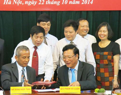 Chủ tịch Tổng LĐLĐ Việt Nam Đặng Ngọc Tùng và Bộ trưởng Bộ Giáo dục và Đào tạo Phạm Vũ Luận ký kết chương trình phối hợp hoạt động