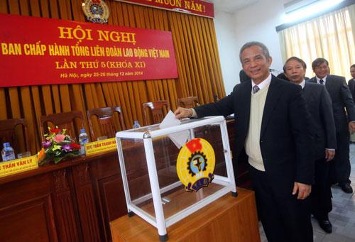 Ông Đặng Ngọc Tùng, Chủ tịch Tổng LĐLĐ Việt Nam, bỏ phiếu tín nhiệm các chức danh lãnh đạo Ảnh: NGUYỄN QUYẾT