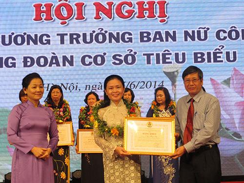 Ông Trần Thanh Hải, Phó Chủ tịch Thường trực Tổng LĐLĐ Việt Nam, tặng bằng khen cho các nữ trưởng ban Nữ công Công đoàn cơ sở tiêu biểu
