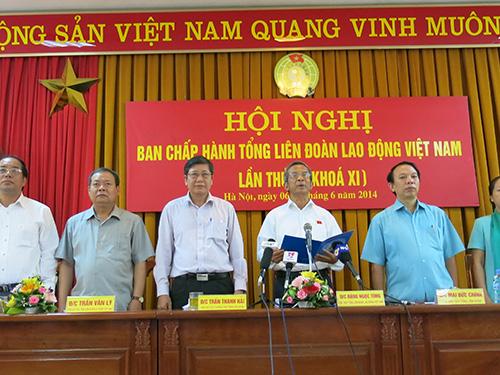 Ông Đặng Ngọc Tùng (thứ 3 từ phải sang) đọc Tuyên bố của Tổng LĐLĐ Việt Nam phản đối Trung Quốc đặt trái phép giàn khoan Hải Dương 981 trong vùng biển của Việt Nam