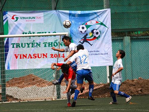 Một pha tranh bóng tại hội thao truyền thống Công ty CP Ánh Dương Việt Nam  Ảnh:  AN KHÁNH